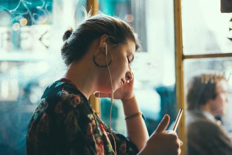 İngilizce konuşma yeteneği geliştirmek için müzik dinle